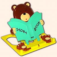 Подставка для книг Мишка, зеленая1610922Читать книжку или решать задачки приятно в компании веселого и умного мишки. Подставка снабжена регулятором наклона, лапки медвежонка не позволят закрыться книжке на самом интересном месте, карандаш или ручка всегда будут под рукой, на верхней планке есть деления на сантиметры.И самое главное! В комплект к подставке входит спирограф- линейка с зубчатыми отверстиями. К ней даются зубчатые колесики, с нанесенными по спирали отверстиями. Вставив ручку в одно из отверстий в колесике и, перемещая его внутри зубчатого отверстия, можно, обладая определенным навыком, вычерчивать различные узоры. Зубчатые колесики закреплены на линейке специальными предохранителями - если их всегда класть на место, то просто невозможно потерять! Подставка - 1 шт., спирограф - 2 шт.