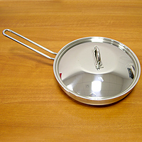 Сковорода НАУТИЛУС, 26 см632115595126АКаждая хозяйка оценит хорошую кухонную посуду, если еда с помощью нее готовится быстро и вкусно, а уход за ней минимален! Представляем сковороду НАУТИЛУС, которая имеет удобное инкапсулированное термическое дно Impact Disc Plus, которое было разработано для эффективной работы на индукционных, газовых, керамических плитах. Специальный материал сковороды позволяет лучше распределять тепло от плиты, значительно снижая потребление энергии и время готовки. Гарантия сковородки - 25 лет при правильной эксплуатации. Инструкция по эксплуатации прилагается. Португальская фабрикаSilampos была основана 1951, и уже более полувека выпускает кухонную посуду, используя последние достижения в области производства, привлекая лучших специалистов и дизайнеров. Посуда Silampos является лауреатом многочисленных Португальскихи Европейских конкурсов и по праву сохраняет лидирующие позиции на рынке кухонной посуды.Для ресторанов и отелей фабрикой была разработана специальная серия GRANDHOTEL. Посуда изготовлена из нержавеющей стали - это хорошо зарекомендовавший себя сплав хрома и никеля 18/10 и оснащена специальным алюминиевым диском - Impact Disk, разработанным с применением передовойтехнологии соединения диска с дном сковороды и защитной оболочкой из нержавеющей стали под высоким давлением. Использование алюминиевого жарораспределяющего дискапозволяет значительно сократить время приготовления пищи, а ресторану сэкономить самое дорогое - время клиента!Кухонная посуда Silampos удобна в применении и отличается современным дизайном. Сквозной профиль ручек позволяет более уверено держать посуду и переносить ее без прихваток. Посуду Silampos можно использовать на любой из существующих газовых и электрических плит, а также ее можно мыть в посудомоечных машинах.Компания Silampos, заботясь о своих покупателях, разработала и изготовила крышки таким образом, что они в процессе приготовления пищи плотно прилегают к верхней кромке изделия, а ручки при этом не наг