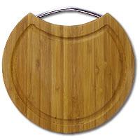Доска разделочная Amadeus из бамбука 25,5 х 24 х 1,5 см 28AR-200128AR-2001Круглая разделочная доскаиз бамбука с металлической ручкой обладает рядом преимуществ, которые можно оценить уже при первом использовании.Изготовленная из бамбука, доска отличается долговечностью, большой прочностью и высокой плотностью, легко моется, не впитывает запахи и обладает водоотталкивающими свойствами, при длительном использовании не деформируется.Разделочная доска из бамбука выполнена на высоком уровне, она удовлетворит все запросы самой требовательной хозяйки!Рекомендации:очищать сразу после использования;просушивать после мытья;не использовать при высокой температуре. Характеристики:Страна: Германия. Материал:бамбук. Размер: 25,5 см x 24 см x 1,5 см. Артикул:28AR-2001.
