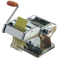 Машинка для нарезки лапши Pasta Maker2560000Машинка для нарезки лапши Pasta Maker отлично поможет Вам в нарезке лапши или макарон из теста собственного приготовления. Машинка выполнена из нержавеющей стали и очень проста в использовании. Она прикручивается к краю стола при помощи специального зажима. Машинка оснащена: - двумя валиками для раскатки теста, с возможностью регулировки толщины пласта; - валиком для нарезки плоской лапши; - валиком для нарезки спагетти. Такая машинка всегда гарантирует Вам отменное блюдо на ужин! Комплектация: машинка с валиком для раскатки, насадка с двумя валиками для нарезки, ручка, держатель для стола (приспособление для крепления машинки на стол). Характеристики: Материал:нержавеющая сталь. Толщина пласта: 0,5-3 мм. Ширина плоской лапши: 7 мм. Ширина спагетти: 2 мм. Размер машинки: 21 см х 20 см х 15 см. Производитель: Великобритания. Изготовитель: Китай. Артикул:1560000.
