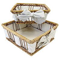 """Набор корзинок для хлеба """"Modern Living"""" изготовлен из лозы. Корзинки не требует особенного ухода: нужно всего-навсего регулярно смахивать пыль мягкой щеткой и раз в год предотвращать появление трещин, путем смачивания плетения водой с помощью губки. Для того, чтобы крошки не просыпались, на дно и боковые стенки корзинок приклеплена хлопчато-бумажная ткань. Корзинки очень практичны и легки, что очень удобно при уборке.  В холодный зимний день приятная цветовая гамма корзинки в сочетании с оригинальным дизайном навевают воспоминания о лете, тем самым способствуя улучшению настроения и полноценному отдыху.   Характеристики: Материал: лоза, хлопок. Размеры корзинок: 20 см х 20 см х 8 см, 17 см х 17 см х 8 см Изготовитель: Великобритания. Артикул: 1900510."""