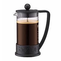 """Кофейник """"Brazil"""" с пластиковым каркасом, который во всем мире ассоциируется с методом френч-пресс, а значит и с отлично приготовленным кофе, займет достойное место на вашей кухне. Современный дизайн полностью соответствует последним модным тенденциям в создании предметов бытовой техники.  В комплект с кофейником входит мерная ложечка. Настоящим ценителям натурального кофе широко известны основные и наиболее часто применяемые способы его приготовления: эспрессо, по-турецки, гейзерный. Однако существует принципиально иной способ, известный как """"french press"""", благодаря которому приготовление ароматного напитка стало гораздо проще.Метод """"french press"""" прост: в теплый кофейник насыпают кофе среднего помола и заливают горячей водой. После того, как напиток настоится 3-5 минут, гущу отделяют поршнем с сеткой - и кофе готов! Эксперты считают, что такой способ позволяет получить максимально ароматный и нежный кофе - ведь он не перегревается, не подвергается воздействию высокого давления и не проходит через бумажный фильтр. Результат - напиток с максимально чистым вкусом. Характеристики: Материал: боросиликатное стекло, нержавеющая сталь, пластик. Объем кофейника: 350 мл. Высота кофейника: 14 см. Размеры упаковки: 10 см х 16,5 см х 10 см. Изготовитель: Швейцария. Артикул: 10948-01."""