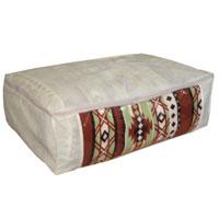 Удобный чехол на молнии из прочного дышащего и водонепроницаемого материала обеспечивает надежное хранение одеял и сезонных вещей. Особая фактура ткани не пропускает пыль и при этом позволяет воздуху свободно проникать внутрь, обеспечивая естественную вентиляцию. Характеристики: Размер: 60 см х 40 см х 20 см. Материал: ПВХ, спанбонд. Производитель: Россия.      Артикул: Е 52.