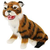 Тигр - самый крупный зверь из семейства кошачьих и один из крупнейших хищников. Сидящий тигр дополнит интерьер вашей комнаты и послужит отличным подарком. Пластиковая фигурка обтянута натуральным мехом.  Мех обработан специальным раствором, который предотвращает появление в мехе моли и служит прекрасным антиаллергенным средством.   Характеристики: Материал: пластик, мех козы. Длина: 17,5 см. Производитель: США. Артикул: T2020k-O.
