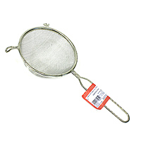 Сито Metaltex, диаметр 14 см11.06.14Сито, выполненное из высококачественной стали и алюминиевого сплава, станет незаменимым аксессуаром на Вашей кухне. Оно предназначено для просеивания и процеживания. Конструкция ручки представляет собой петлю, с помощью которой сито можно подвесить в удобном для Вас месте.Такое сито станет достойным дополнением к кухонному инвентарю.Характеристики:Материал: сталь, алюминиевый сплав. Диаметр: 14 см. Длина ручки: 16 см. Изготовитель: Италия. Артикул: 11.06.14.