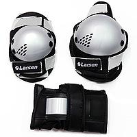 Защита роликовая Larsen P3G. Размер M202482Роликовая защита Larsen P3G состоит из налокотников, наколенников и защиты запястья. Такая роликовая защита будет отличным дополнением к Вашим роликам. Налокотники (2 шт), наколенники (2 шт), защита запястья (2 шт).