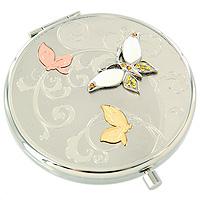Зеркало косметическое Три бабочки98-0564AИзящное двустороннее зеркальце Три бабочки серебристого цвета станет идеальным подарком представительнице прекрасного пола, ведь даже самая маленькая дамская сумочка обязательно вместит в себя миниатюрное зеркальце - атрибут каждой модницы. Круглый корпус зеркала выполнен из высококачественной стали с зеркальной поверхностью и оформлен декоративным тиснением, объемными бабочками и разноцветными хрустальными стразами. Под корпусом расположены два зеркальца - обычное и увеличивающее. В комплект входит специальный чехол из искусственной замши для хранения зеркальца, а упаковано оно в фирменную подарочную коробку нежного розового цвета. Характеристики: Диаметр корпуса зеркала: 6,5 см. Материал: сталь, эмаль, хрусталь, текстиль. Размер упаковки: 11 см x 12,5 см x 3 см. Производитель: Франция. Изготовитель: Китай. Артикул: 98-0564A.Изысканные сувениры Jardin dEte отличаются одновременно эстетической красотой и функциональностью и создают неповторимое настроение. Стильные аксессуары вносят индивидуальность, утонченность, и изысканность не только в интерьер дома, но и в повседневную жизнь.