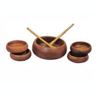 """Набор """"Oriental way"""" для салата изготовлен из высококачественных древесины акации. Набор состоит из одной большой тарелки, четырех средних тарелок, большой ложки-лопатки и ложки с отверстием.  Такой набор для салата будет отлично смотреться на вашей кухне.     Характеристики: Материал: дерево. Диаметр большой тарелки: 23 см. Высота большой тарелки: 8 см. Диаметр средней тарелки: 14 см. Высота средней тарелки: 5 см. Длина ложки-лопатки и лопатки с отверстием: 30,5 см. Размер упаковки: 26,5 см х 26,5 см х 18 см. Производитель: Тайланд. Артикул: 9/639.  Торговая марка """"Oriental way"""" известна на рынке с 1996 года. Эта марка объединяет товары для кухни, изготовленные из дерева и других материалов. Все товары марки """"Oriental way"""" являются безопасными для здоровья, экологичными, прочными и долговечными в использовании."""