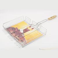 Решетка-гриль Искра, глубокая, большая, 41 х 31 смRDG-61Решетка Искра изготовлена из высококачественной стали с пищевым никелированным покрытием. Идеально подходит для мангалов и барбекю, позволяет регулировать толщину продуктов за счет верхней зажим-сетки и использовать ее для приготовления большого разнообразия блюд.Решетка имеет широкое фиксирующее кольцо на ручке, что обеспечивает надежную фиксацию. Специальная деревянная ручка предохраняет руки от ожогов, а также удобна для обхвата двумя руками, что позволяет легко переворачивать решетку. Характеристики:Материал:сталь. Размер решетки:41 см x 31 см. Высота решетки:6,5 см. Длина ручки: 38 см. Производитель:Россия. Изготовитель: Китай. Артикул:RDG-61.