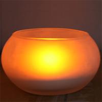 ЭРА светильник Свеча в стакане C15C15Декоративный светодиодный светильник Эра в стеклянном стакане.С виду миниатюрный светильник ЭРА похож на свечу, и только при детальном рассмотрении оказывается, что внутри матовой колбы бьется не пламя, а горит маленькая электрическая лампочка, по форме напоминающая свечной огонек. На кухонном столе или в уютном кафе такой прибор с успехом заменит привычную и считающуюся романтичной свечку. Достаточно взять устройство в руку, слегка качнуть, и все - никаких спичек и зажигалок искать не нужно. Электронная свеча не оставит парафиновых подтеков на скатерти, ее не задует сквозняк, она не перевернется и не создаст предпосылок для пожара. Кроме того, этот прибор ЭРА воплотил в себе мечты целый поколений о свече без запаха. Но самое трогательное и приятное в этой свечке то, что ее можно просто задуть. Уходя, просто подуйте внутрь колбы, как будто тушите традиционную свечу.