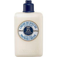 Крем для душа LOccitane Ультра-питание, 250 мл171875Крем для душа LOccitane Ультра-питание мягко очищает кожу и при необходимости волосы.Активные компоненты:Молочко Карите смягчает и успокаивает, нейтрализует негативное влияние жесткой воды;Пшеничные протеины восстанавливают на коже и волосах защитный слой;Копра, пальмовое масло 100% растительная мыльная основа - хорошо очищает кожу, не повреждая ее;Сорбитол сохраняет влагу в коже. Кожа становится мягкой, шелковистой, процесс очищения становится более комфортным и приятным. После очищения нет ощущения сухости. Характеристики:Объем: 250 мл. Артикул: 147726. Производитель: Франция. Loccitane (Л окситан) - натуральная косметика с юга Франции, основатель которой Оливье Боссан.Название Loccitane происходит от названия старинной провинции - Окситании. Это также подчеркивает идею кампании - сочетании традиций и компонентов из Средиземноморья в средствах по уходу за кожей и для дома.LOccitane использует для производства косметических средств натуральные продукты: лаванду, оливки, тростниковый сахар, мед, миндаль, экстракты винограда и белого чая, эфирные масла розы, апельсина, морская соль также идет в дело. Специалисты компании с особой тщательностью отбирают сырье. Учитывается множество факторов, от места и условий выращивания сырья до времени и технологии сборки. Товар сертифицирован.