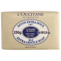 Мыло LOccitane Молоко, 250 г461839Туалетное мыло LOccitane Молоко великолепно подходит для ежедневного использования. Содержит 100%-ую натуральную основу, обогащен маслом Карите.Подходит для всей семьи. Характеристики: Вес: 250 г. Производитель: Франция. Артикул:000212. Loccitane (Л окситан) - натуральная косметика с юга Франции, основатель которой Оливье Боссан.Название Loccitane происходит от названия старинной провинции - Окситании. Это также подчеркивает идею кампании - сочетании традиций и компонентов из Средиземноморья в средствах по уходу за кожей и для дома.LOccitane использует для производства косметических средств натуральные продукты: лаванду, оливки, тростниковый сахар, мед, миндаль, экстракты винограда и белого чая, эфирные масла розы, апельсина, морская соль также идет в дело. Специалисты компании с особой тщательностью отбирают сырье. Учитывается множество факторов, от места и условий выращивания сырья до времени и технологии сборки. Товар сертифицирован.