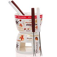 """Набор для приготовления фондю """"Choclate"""" выполнен из фарфора и рассчитан на 4 персоны. Набор состоит из чаши, подставки и четырех вилок.  В центр подставки устанавливается свеча-таблетка, сверху вставляется чаша для соуса. В чаше растапливается сыр, шоколад - все что угодно, на вилочки насаживается хлеб, кусочки мяса, рыба или зефир (к шоколаду) - и вот нехитрый, но очень привлекательный способ украсить вечер в компании самых дорогих и любимых. Таинственное мерцание свечи-таблетки добавит романтики и ощущение тепла.  Обычай приглашать на фондю (от французского fondre - растапливать) пришел из Швейцарии. Зимой в занесенных снегом домах альпийские фермеры готовили из того, что было у них под рукой, в основном из подсохшего хлеба и сыра. В наши дни фондю имеет много вариантов, когда, кроме хлеба, подают кубики мяса, овощей или рыбы, а вместо сыра используют масло. Традиционно фондю устраивают вечером и приглашают небольшое количество гостей, которых рассаживают за столом, в центре которого располагается фондюшница, наполненная разогретым сыром, а рядом - кубики хлеба. Каждому гостю дают специальную вилку, на которую он накалывает хлеб и опускает его в растопленный сыр. После нескольких минут ваше """"блюдо"""" готово.     Характеристики: Материал:  фарфор, сталь, пластик. Размер чаши: 10 см х 10 см х 7 см. Размер подставки: 9 см х 9 см х 7 см. Длина вилок: 16 см. Размер упаковки: 11 см х 11 см х 14 см. Артикул:  AC50298M11691. Изготовитель:  Китай."""