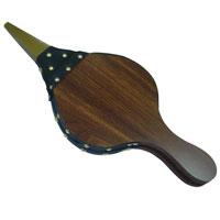 """Благодаря мехам для розжига """"Top Style"""" теперь можно легко разжечь древесный уголь или брикеты. Острый железный наконечник имеет сопротивляемость к высоким температурам внутри барбекю. Для удобства пользования предназначена петля, с помощью которой можно подвесить меха для розжига на сук дерева или крючок. Характеристики: Материал:  ДСП, металл, искусственная кожа. Размер : 40,5 см х 17,5 см х 2,5 см. Производитель:  Бельгия. Артикул:  5004-BBQ."""