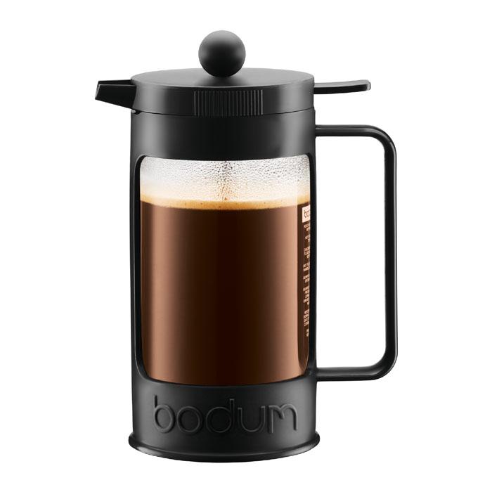 Кофейник Bodum Bean с прессом, цвет: черный, 1 л. 11376-0111376-01Кофейник Bodum Bean изготовлен из боросиликатного стекла и красочную пластиковой оправы, которая эффективно защищает стекло. Кофейник оснащен фильтром french press из нержавеющей стали. Содержимое кофейника невозможно пролить, даже если его опрокинуть, так как кофейник снабжен силиконовой прокладкой между крышкой и стеклом. Налить кофе в чашку можно, нажав рычаг на кофейнике. В комплект входит мерная ложечка из пластика.Современный дизайн полностью соответствует последним модным тенденциям в создании предметов бытовой техники. Настоящим ценителям натурального кофе широко известны основные и наиболее часто применяемые способы его приготовления: эспрессо, по-турецки, гейзерный. Однако существует принципиально иной способ, известный как french press, благодаря которому приготовление ароматного напитка стало гораздо проще.Ограничения: Не использовать в микроволновой печиНе использовать на индукционной плитеНе является жаропрочной посудойНе ставить в морозильную камеру Характеристики: Материал: стекло, пластик, силикон, нержавеющая сталь. Высота кофейника (с учетом крышки): 22,5 см. Объем кофейника: 1 л. Размер упаковки:23,5 см х 15 см х 12 см. Производитель:Швейцария. Артикул:11376-01.