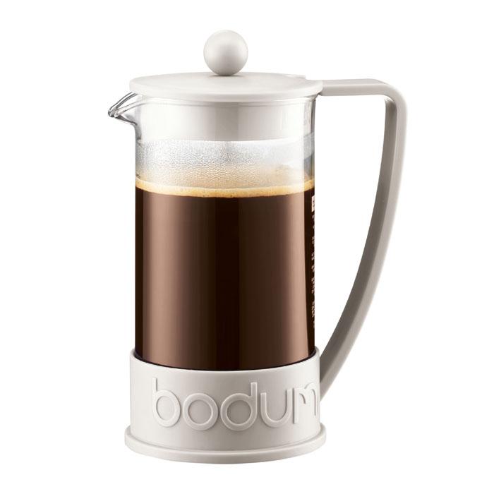 """Кофейник """"Brazil"""" с пластиковым каркасом и стеклянной колбой, который во всем мире ассоциируется с методом френч-пресс, а значит и с отлично приготовленным кофе, займет достойное место на вашей кухне.  Современный дизайн полностью соответствует последним модным тенденциям в создании предметов бытовой техники.  В комплект с кофейником входит мерная ложечка.   Настоящим ценителям натурального кофе широко известны основные и наиболее часто применяемые способы его приготовления: эспрессо, по-турецки, гейзерный. Однако существует принципиально иной способ, известный как """"french press"""", благодаря которому приготовление ароматного напитка стало гораздо проще. Метод """"french press"""" прост: в теплый кофейник насыпают кофе среднего помола и заливают горячей водой. После того, как напиток настоится 3-5 минут, гущу отделяют поршнем с сеткой - и кофе готов! Эксперты считают, что такой способ позволяет получить максимально ароматный и нежный кофе - ведь он не перегревается, не подвергается воздействию высокого давления и не проходит через бумажный фильтр. Результат - напиток с максимально чистым вкусом. Характеристики:   Материал: стекло, нержавеющая сталь, пластик. Объем кофейника: 1 л. Высота кофейника (с учетом крышки): 21 см. Размеры упаковки: 15 см х 22 см х 11 см. Изготовитель: Швейцария. Артикул: 10938-913."""