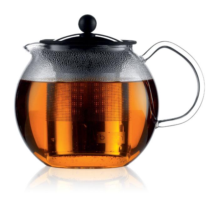 """Френч-пресс Bodum """"Assam"""" займет достойное место на вашей кухне и позволит вам заварить  свежий, ароматный чай. Засыпая чайную заварку в фильтр-сетку и заливая ее  горячей водой, вы получаете ароматный чай с оптимальной крепостью и насыщенностью.  Остановить процесс заварки чая легко. Для этого нужно просто опустить поршень, и заварка  уйдет вниз, оставляя вверху напиток, готовый к употреблению. Чайник закрывается крышкой,  изготовленной из нержавеющей стали с силиконовым уплотнителем.  Современный дизайн полностью соответствует последним модным тенденциям в создании  предметов бытовой техники. Диаметр френч-пресса по верхнему краю (без учета носика и ручки):  9 см. Максимальный диаметр френч-пресса: 12 см. Высота френч-пресса (с учетом крышки): 15 см."""