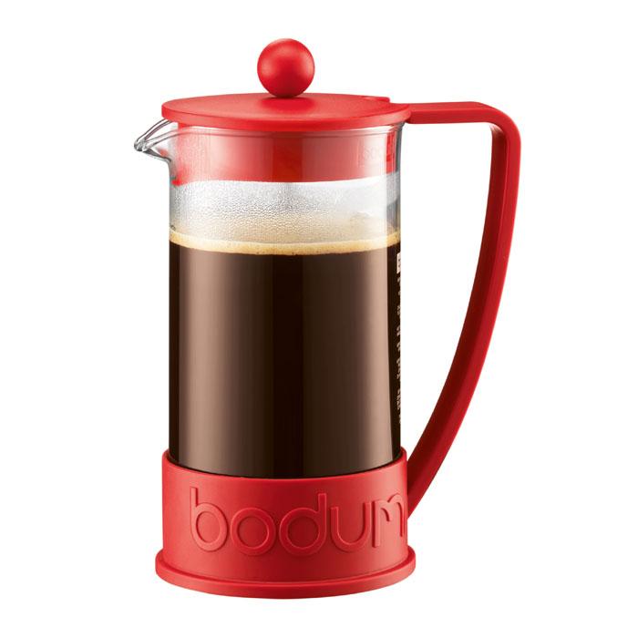 Кофейник Bodum Brazil с прессом, цвет: красный, 1 л10938-294Кофейник Bodum Brazil с пластиковым каркасом, который во всем мире ассоциируется с методом френч-пресс, а значит и с отлично приготовленным кофе, займет достойное место на вашей кухне. Современный дизайн полностью соответствует последним модным тенденциям всоздании предметов бытовой техники.В комплект с кофейником входит мерная ложечка.Кофейник можно мыть в посудомоечной машине. Настоящим ценителям натурального кофе широко известны основные и наиболее часто применяемые способы его приготовления: эспрессо, по-турецки, гейзерный. Однако существует принципиально иной способ, известный как french press, благодаря которому приготовление ароматного напитка стало гораздо проще.Метод french press прост: в теплый кофейник насыпают кофе среднего помола и заливают горячей водой. После того, как напиток настоится 3-5 минут, гущу отделяют поршнем с сеткой - и кофе готов! Эксперты считают, что такой способ позволяет получить максимально ароматный и нежный кофе - ведь он не перегревается, не подвергается воздействию высокого давления и не проходит через бумажный фильтр. Результат - напиток с максимально чистым вкусом.Ограничения: Не использовать в микроволновой печиНе использовать на индукционной плитеНе является жаропрочной посудойНе ставить в морозильную камеру Характеристики: Материал: стекло, пластик, силикон, нержавеющая сталь. Высота кофейника (с учетом крышки): 19 см. Объем кофейника: 1 л. Размер упаковки:22 см х 15 см х 11 см. Производитель:Швейцария. Артикул:10938-294.