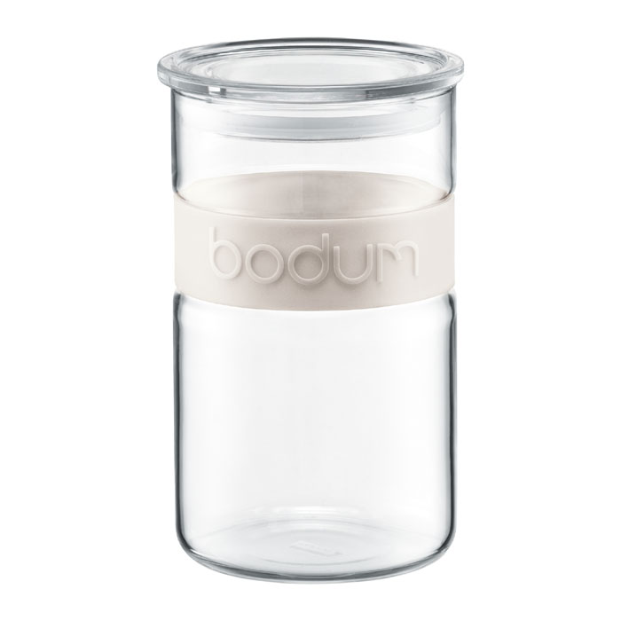 Банка для хранения Bodum Presso, цвет: белый, 1 л11099-913Банка для хранения Bodum Presso изготовлена из прозрачного стекла со вставкой из приятного на ощупь силикона. Стеклянная посуда не впитывает запахов продуктов и очень удобна в использовании. Банка оснащена плотно закрывающейся пластиковой крышкой с термоусадкой. Благодаря этому внутри сохраняется герметичность, и продукты дольше остаются свежими. Изделие предназначено для хранения различных сыпучих продуктов: круп, чая, сахара, орехов и многого другого.Функциональная и вместительная, такая банка станет незаменимым аксессуаром на любой кухне. Можно мыть в посудомоечной машине. Объем банки: 1 л. Диаметр банки (по верхнему краю): 9,5 см. Высота банки: 16,5 см.