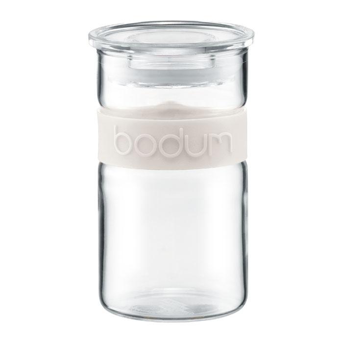 Банка для хранения Presso, цвет: белый, 0,25 л11128-913Банка для хранения Presso изготовлена из прозрачного стекла, обхват из приятного на ощупь силикона. Стеклянная посуда не впитывает запахов продуктов и очень удобна в использовании. Все вещи, входящие в обновленную коллекцию Presso, сделаны с использованием двух современных материалов – силикона и боросиликатного стекла. Оба эти материала выдерживают нагрев до очень высоких температур и приспособлены для мытья в посудомоечной машине. Характеристики: Материал: стекло, пластик, силикон. Объем: 250 мл. Цвет: белый. Размер упаковки: 7 см х 7 см х 12,5 см. Производитель: Швейцария. Артикул: 11128-913.