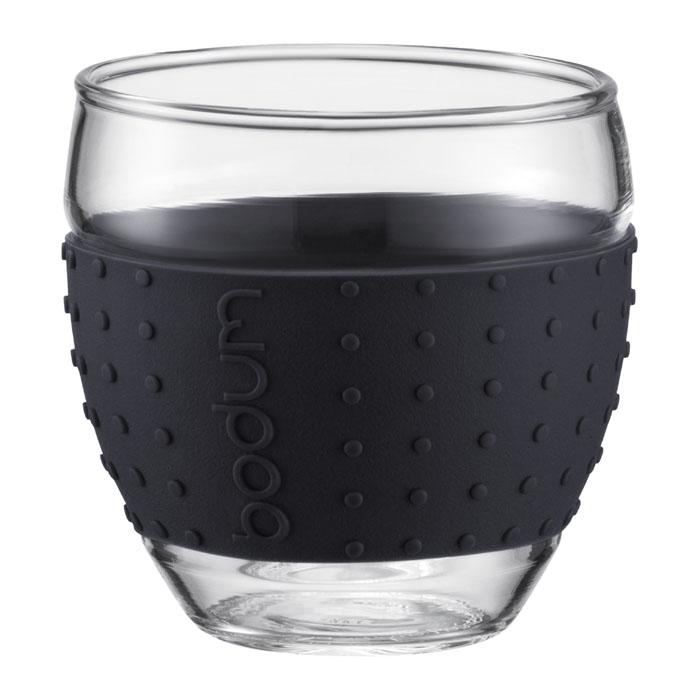 Набор бокалов Bodum Pavina 2 шт, 0,35л, цвет: черный 11185-0111185-01Набор Bodum Pavina состоит из двух бокалов, выполненных из боросиликатного стекла. Они отличаются высокой прочностью, а также прослужат вам долгое время и не потускнеют даже после многократного мытья в посудомоечной машине. Бокалы оснащены приятным на ощупь силиконовым ободком, который защитит ваши руки от чрезмерно высокой температуры напитка и не позволит бокалу выскользнуть из ваших рук. Бокалы можно использовать в микроволновой печи, ставить в морозильную камеру и мыть в посудомоечной машине. Характеристики:Материал:боросиликатное стекло, силикон. Диаметр бокала по верхнему краю:8 см. Высота бокала:9 см. Объем бокала:0,35 л. Комплектация:2 шт. Цвет:черный. Размер упаковки:20 см х 10,5 см х 10,5 см. Производитель: Швейцария. Артикул: 11185-01.