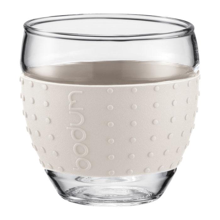 Стаканы с силиконовым ободком «Pavina» от «Bodum» – очень приятны на ощупь. Силиконовый ободок стакана защищает вашу руку от чрезмерно высокой температуры напитка и ваш стакан от того, чтобы он не выскользнул из ваших рук.  Боросиликатное стекло прослужит вам долгое время и оно не потускнеет даже после многократного мытья в посудомоечной машине.  Можно мыть в посудомоечной машине.    Ограничения:   Можно использовать в микроволновой печи.  Можно ставить в морозильную камеру.  Не использовать на индукционной плите.  Не является жаропрочной посудой.  Характеристики: Материал: стекло, силикон. Объем стакана: 0,35 л. Диаметр основания стакана: 5 см. Диаметр стакана по верхнему краю: 8 см. Высота стакана: 9 см. Размер упаковки: 20 см х 10,5 см х 10,5 см. Изготовитель: Швейцария. Артикул: 11185-913.