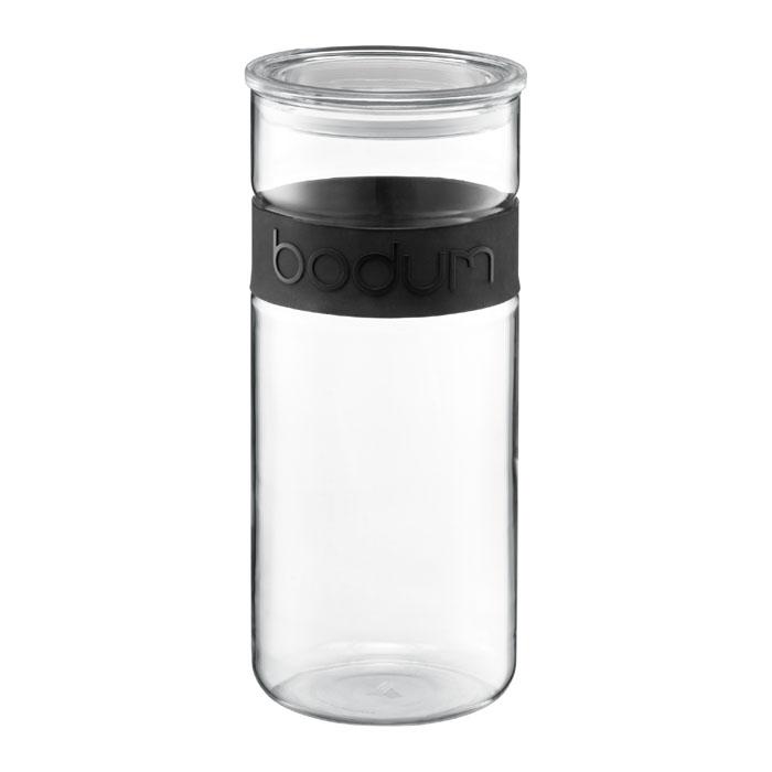 Банка для хранения Presso, цвет: черный, 2,5 л11131-01Банка для хранения Presso, выполненная из прозрачного стекла, станет незаменимым помощником на кухне. В верхней части банки имеется вставка из приятного на ощупь силикона черного цвета. В такой банке будет удобно хранить разнообразные сыпучие продукты, такие как кофе, крупы, макароны или специи. Емкость легко и герметично закрывается пластиковой крышкой с уплотнителем. Такая банка не только сэкономит место на вашей кухне, но и украсит интерьер.Оригинальный дизайн позволит сделать такую банку отличным подарком на любой праздник.Можно мыть в посудомоечной машине. Характеристики: Материал: стекло, пластик, силикон. Объем: 2,5 л. Диаметр банки:11,5 см. Высота банки (с учетом крышки):28 см.Цвет: черный. Размер упаковки: 12,5 см х 29 см х 12,5 см. Производитель: Швейцария. Артикул: 11131-01.