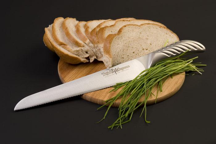 Нож Tojiro Supreme для нарезки хлеба, длина лезвия 24 смFD-962Нож Tojiro Supreme, выполненный из нержавеющей стали, займет достойное место среди аксессуаров на вашей кухне и поможет вам в быстром и легком приготовлении любых блюд. Он идеально подойдет для нарезки хлеба. Лезвие ножа изготовлено из трех слоев высококачественной нержавеющей стали VG10, которая обладает высокой твердостью (до 61HRC) и устойчивостью к коррозии. Эргономичная рукоятка ножа имеет рифленую поверхность, которая не позволит выскользнуть ему из вашей руки. Нож упакован в стильную подарочную коробку. Ножи Tojiro Supreme отличаются особым, узнаваемым дизайном и максимально удобными рукоятками.Правила эксплуатации: - Хранить нож следует в сухом месте. - После использования, промойте нож теплой водой и протрите насухо. - Оставление ножа в загрязненном состоянии может привести к образованию коррозии. Запрещается: - Мыть нож в посудомоечной машине. - Хранить ножи в одной емкости со столовыми приборами. - Резать на твердых поверхностях: каменных столешницах, керамических тарелках, акриловых досках. - Запрещается нецелевое использование ножа: вскрывать консервные банки, разрезать кости, скоблить твердые поверхности, резать замороженные продукты. Правка производится легкими движениями на водном камне или мусате. Заточка ножа - сложный технологический процесс, должен производиться профессионалом на специальном оборудовании. Услуга по заточке ножа предоставляется специалистами компании «Тоджиро».Характеристики:Материал: нержавеющая сталь. Общая длина ножа: 36 см. Длина лезвия: 24 см. Размер упаковки: 40 см х 7,5 см х 2,5 см. Артикул: FD-962.Уважаемые клиенты! В случае несоблюдения правил эксплуатации, нож не подлежит гарантийному обслуживанию.