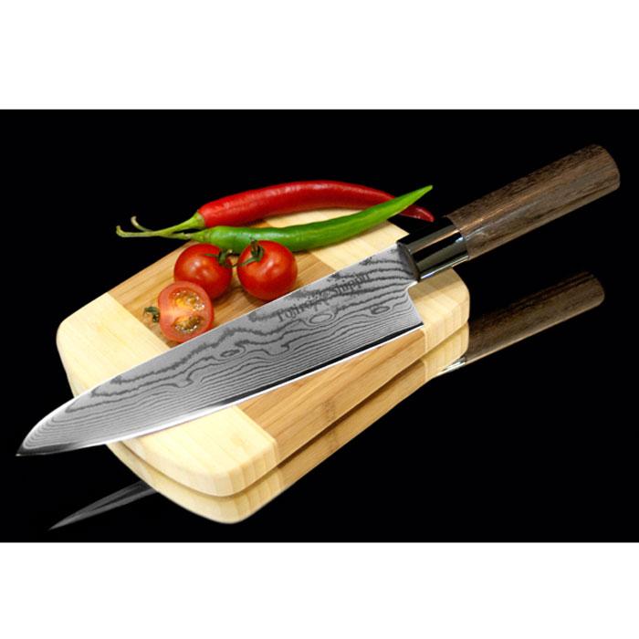 Нож поварской Tojiro Shippu, длина лезвия 21 смFD-594Поварской нож Tojiro Shippu выполнен извысококачественной 63-слойной нержавеющей стали. Ножзаймет достойное место среди аксессуаров на вашей кухне ипоможет вам в быстром и легком приготовлении любых блюд.Он имеет легкий клинок, который идеально подходит длянарезки овощей, фруктов, сыра и приготовления бутербродов.Отлично режет овощи с неоднородной структурой (твердаякожица, мягкая сердцевина). Клинок ножа изготовлен по пакетной технологии: серединапакета из высокотвердой стали VG-10 (до 63 HRc) помещена вобкладки из дамасской стали. Такой клинок отличаетсяповышенной устойчивостью к коррозии, а дамасские узорывыглядят очень эффектно и подчеркивают высокое качествоизделия. Сечение клинка ножа - клинообразно, что позволяетрежущей кромке клинка быть продолжительное время острой.Рукоятка ножа, выполненная из натурального дерева, имеетэргономичную форму, которая не позволит выскользнуть емуиз вашей руки. Нож упакован в стильную подарочную коробку из плотногокартона.Правила эксплуатации:- Хранить нож следует в сухом месте.- После использования, промойте нож теплой водой ипротрите насухо.- Оставление ножа в загрязненном состоянии можетпривести к образованию коррозии.Запрещается:- Мыть нож в посудомоечной машине.- Хранить ножи в одной емкости со столовыми приборами. - Резать на твердых поверхностях: каменных столешницах,керамических тарелках, акриловых досках.- Запрещается нецелевое использование ножа: вскрыватьконсервные банки, разрезать кости, скоблить твердыеповерхности, резать замороженные продукты.Правка производится легкими движениями на водном камнеили мусате.Заточка ножа - сложный технологический процесс,должен производиться профессионалом на специальномоборудовании. Услуга по заточке ножа предоставляетсяспециалистами компании «Тоджиро». Характеристики:Материал: нержавеющая сталь, дерево, пластик.Общая длина ножа: 35 см. Длина лезвия: 21 см.Размер упаковки: 39 см х 6,5 см х 2 см. Артикул: FD-594.Уважаемые клиенты!В