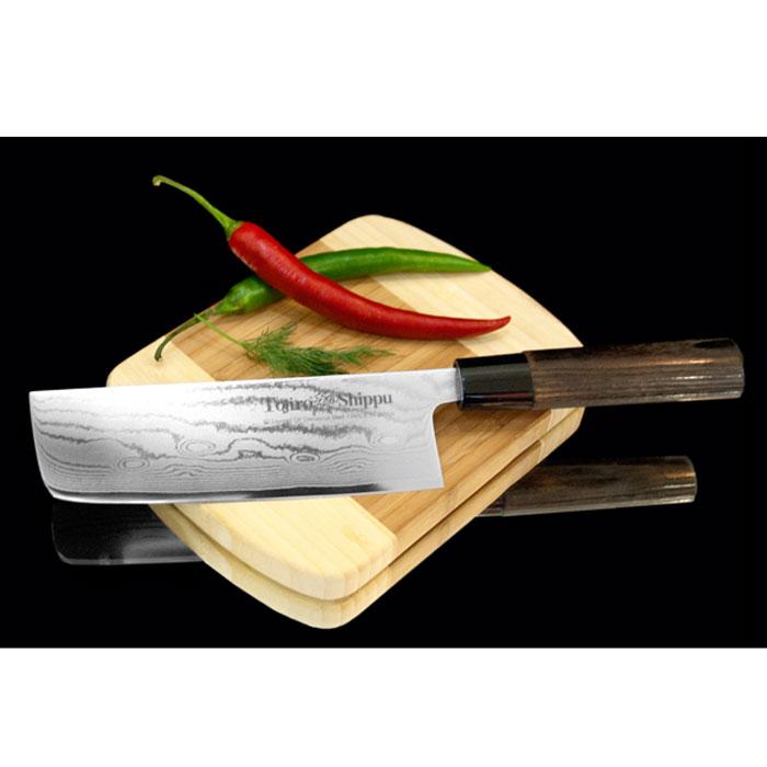 Нож для овощей Tojiro Shippu, длина лезвия 16,5 смFD-598Нож для овощей Tojiro Shippu выполнен извысококачественной 63-слойной нержавеющей стали. Ножзаймет достойное место среди аксессуаров на вашей кухне ипоможет вам в быстром и легком приготовлении любых блюд.Он имеет легкий клинок, который идеально подходит длянарезки овощей. Клинок ножа изготовлен по пакетной технологии: серединапакета из высокотвердой стали VG-10 (до 63 HRc) помещена вобкладки из дамасской стали. Такой клинок отличаетсяповышенной устойчивостью к коррозии, а дамасские узорывыглядят очень эффектно и подчеркивают высокое качествоизделия. Сечение клинка ножа - клинообразно, что позволяетрежущей кромке клинка быть продолжительное время острой.Рукоятка ножа, выполненная из натурального дерева, имеетэргономичную форму, которая не позволит выскользнуть емуиз вашей руки. Нож упакован в стильную подарочную коробку из плотногокартона.Правила эксплуатации:- Хранить нож следует в сухом месте.- После использования, промойте нож теплой водой ипротрите насухо.- Оставление ножа в загрязненном состоянии можетпривести к образованию коррозии.Запрещается:- Мыть нож в посудомоечной машине.- Хранить ножи в одной емкости со столовыми приборами. - Резать на твердых поверхностях: каменных столешницах,керамических тарелках, акриловых досках.- Запрещается нецелевое использование ножа: вскрыватьконсервные банки, разрезать кости, скоблить твердыеповерхности, резать замороженные продукты.Правка производится легкими движениями на водном камнеили мусате.Заточка ножа - сложный технологический процесс,должен производиться профессионалом на специальномоборудовании. Услуга по заточке ножа предоставляетсяспециалистами компании «Тоджиро». Характеристики:Материал: нержавеющая сталь, дерево, пластик.Общая длина ножа: 28,5 см. Длина лезвия: 16,5 см.Размер упаковки: 34 см х 8 см х 2 см. Артикул: FD- 598. Уважаемые клиенты!В случае несоблюдения правил эксплуатации, нож неподлежит гарантийному обслуживанию.