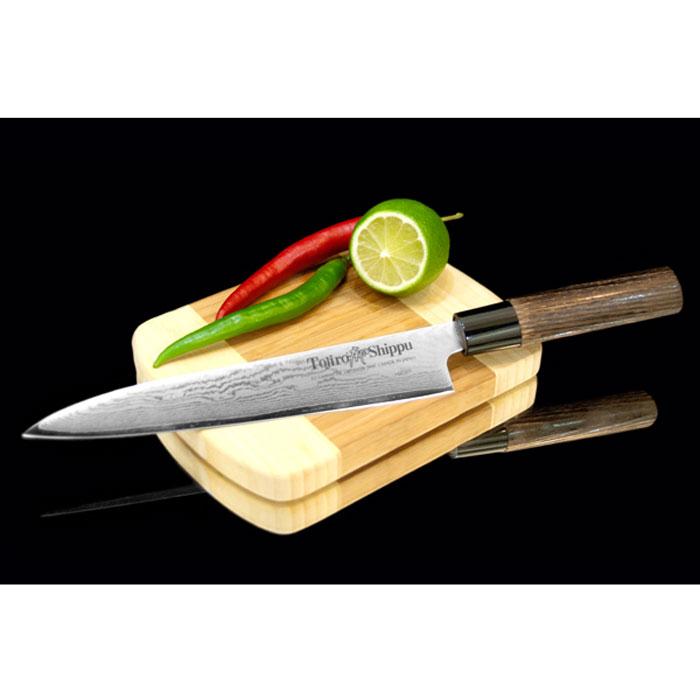 """Поварской нож Tojiro """"Shippu"""" выполнен из  высококачественной 63-слойной нержавеющей стали. Нож  займет достойное место среди аксессуаров на вашей кухне и  поможет вам в быстром и легком приготовлении любых блюд.  Он имеет легкий клинок, который идеально подходит для  нарезки овощей, фруктов, сыра и приготовления бутербродов.  Отлично режет овощи с неоднородной структурой (твердая  кожица, мягкая сердцевина).   Клинок ножа изготовлен по пакетной технологии: середина  пакета из высокотвердой стали VG-10 (до 63 HRc) помещена в  обкладки из дамасской стали. Такой клинок отличается  повышенной устойчивостью к коррозии, а дамасские узоры  выглядят очень эффектно и подчеркивают высокое качество  изделия. Сечение клинка ножа - клинообразно, что позволяет  режущей кромке клинка быть продолжительное время острой.  Рукоятка ножа, выполненная из натурального дерева, имеет  эргономичную форму, которая не позволит выскользнуть ему  из вашей руки.   Нож упакован в стильную подарочную коробку из плотного  картона.  Правила эксплуатации:  - Хранить нож следует в сухом месте.  - После использования, промойте нож теплой водой и  протрите насухо.  - Оставление ножа в загрязненном состоянии может  привести к образованию коррозии.  Запрещается:  - Мыть нож в посудомоечной машине.  - Хранить ножи в одной емкости со столовыми приборами.   - Резать на твердых поверхностях: каменных столешницах,  керамических тарелках, акриловых досках.  - Запрещается нецелевое использование ножа: вскрывать  консервные банки, разрезать кости, скоблить твердые  поверхности, резать замороженные продукты.  Правка производится легкими движениями на водном камне  или мусате.  Заточка ножа - сложный технологический процесс,  должен производиться профессионалом на специальном  оборудовании. Услуга по заточке ножа предоставляется  специалистами компании «Тоджиро».   Характеристики:  Материал: нержавеющая сталь, дерево, пластик.  Общая длина ножа: 39 см. Длина лезвия: 24 см.  Размер упаковки: 38 см х 6,5 см х 2 см. """