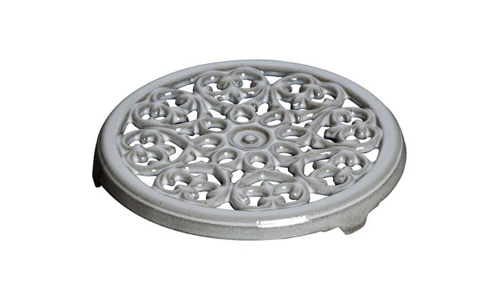 Подставка под горячее чугунная, 23 см, серый графит1601018Изготовлен из чугуна, покрытого эмалью снаружи и внутри. Подходит для использования на всех типах плит и в духовке. Перед первым использованием вымыть горячей водой, высушить на слабом огне, затем смазать растительным маслом изнутри. Погреть несколько минут на слабом огне и вытереть избыток масла. Мыть жидким моющим средством, без применения абразивных веществ и металлических губок. Пригоден для мытья в посудомоечной машине. При падении на твердую поверхность посуда может треснуть или разбиться. Металлические кухонные принадлежности могут повредить посуду. Чтобы не обжечься, пользуйтесь прихватками.Адрес изготовителя:Zwilling Staub France S.A.S,47 bis, rue des Vinaigriers, 75010 Paris, FRANCE (Цвиллинг Стауб Франс С.А.С 47 бис, ру де Винаигриерс, 75010 Париж, Франция)