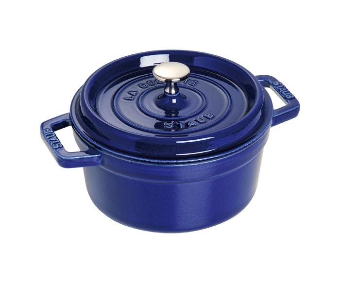 Кокот круглый Staub 22см, 2,6л, цвет: темно-синий 11022911102291Изготовлен из чугуна, покрытого эмалью снаружи и внутри. Подходит для использования на всех типах плит и в духовке. Перед первым использованием вымыть горячей водой, высушить на слабом огне, затем смазать растительным маслом изнутри. Погреть несколько минут на слабом огне и вытереть избыток масла. Мыть жидким моющим средством, без применения абразивных веществ и металлических губок. Пригоден для мытья в посудомоечной машине. При падении на твердую поверхность посуда может треснуть или разбиться. Металлические кухонные принадлежности могут повредить посуду. Чтобы не обжечься, пользуйтесь прихватками.Адрес изготовителя:Zwilling Staub France S.A.S,47 bis, rue des Vinaigriers, 75010 Paris, FRANCE (Цвиллинг Стауб Франс С.А.С 47 бис, ру де Винаигриерс, 75010 Париж, Франция)