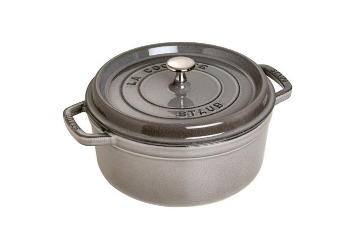 Кокот круглый Staub, 4,6 л, цвет: серый графит. 11026181102618Кокот Staub, выполненный из эмалированного чугуна, займет достойное место на вашей кухне. Пища, приготовленная в чугунной посуде, сохраняет свои вкусовые качества, и благодаря экологической чистоте материала, не может нанести вред здоровью человека.Эмалированный чугун - это сплав обогащенного углем железа, покрытого эмалью, изготовленной на основе стекла. Это один из самых лучших материалов, который удерживает тепло, медленно и равномерно его распределяет. Эмалированная посуда также хорошо сохраняет холод, для этого достаточно поставить в холодильник перед его подачей на стол. Внутренняя часть кокота покрыта эмалью матово-черного цвета. Эта качественная и высококлассная эмаль обеспечивает отличное сопротивление перепадам температуры, царапинам и облегчает уход за посудой. Кокот имеет удобную круглую форму и оснащен двумя ручками.Он плотно закрывается крышкой, выполненной также из эмалированного чугуна. Крышка снабжена небольшой металлической ручкой. Кокот Staub подходит для использования на газовых, электрических, галогеновых, стеклокерамических и индукционных плитах, а также в духовке. Мыть жидким моющим средством, без применения абразивных веществ и металлических губок. Не использовать металлические аксессуары. Пригоден для мытья в посудомоечной машине. Характеристики:Материал: чугун, металл, эмаль. Диаметр кокота:26 см. Высота стенки кокота:11,5 см. Ширина кокота (с учетом ручек):33 см. Объем кокота:4,6 л. Цвет:серый графит. Размер упаковки:27,5 см х 30 см х 14 см. Производитель:Франция. Артикул:1102618. Торговая марка Staub разрабатывает и создает высококлассные предметы кухонной утвари, которые совмещают традиции и современность, умения наших предков и передовые технологии. Продукция Staub - прекрасное сочетание красоты и функциональности. Она подходит как искусным поварам, так и любознательным дебютантам, готовым познавать удовольствие от вкусной и здоровой пищи.Философия создателя марки Франциса Ст