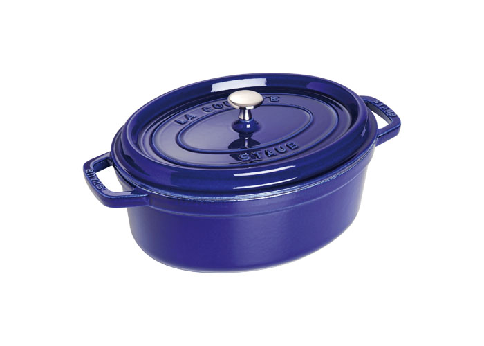 Кокот овальный Staub 27см, 3,2л, цвет: темно-синий 11027911102791Изготовлен из чугуна, покрытого эмалью снаружи и внутри. Подходит для использования на всех типах плит и в духовке. Перед первым использованием вымыть горячей водой, высушить на слабом огне, затем смазать растительным маслом изнутри. Погреть несколько минут на слабом огне и вытереть избыток масла. Мыть жидким моющим средством, без применения абразивных веществ и металлических губок. Пригоден для мытья в посудомоечной машине. При падении на твердую поверхность посуда может треснуть или разбиться. Металлические кухонные принадлежности могут повредить посуду. Чтобы не обжечься, пользуйтесь прихватками.Адрес изготовителя:Zwilling Staub France S.A.S,47 bis, rue des Vinaigriers, 75010 Paris, FRANCE (Цвиллинг Стауб Франс С.А.С 47 бис, ру де Винаигриерс, 75010 Париж, Франция)
