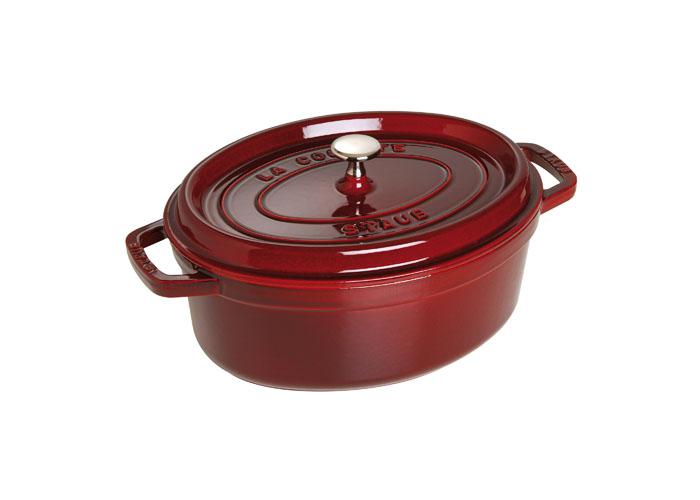 Кокот овальный Staub 29см, 4,25л, цвет: гранатовый 11029871102987Изготовлена из чугуна, покрытого эмалью снаружи и внутри. Подходит для использования на всех типах плит и в духовке. Перед первым использованием вымыть горячей водой, высушить на слабом огне, затем смазать растительным маслом изнутри. Погреть несколько минут на слабом огне и вытереть избыток масла. Мыть жидким моющим средством, без применения абразивных веществ и металлических губок. Пригодна для мытья в посудомоечной машине. При падении на твердую поверхность посуда может треснуть или разбиться. Металлические кухонные принадлежности могут повредить посуду. Чтобы не обжечься, пользуйтесь прихватками.Адрес изготовителя:Zwilling Staub France S.A.S,47 bis, rue des Vinaigriers, 75010 Paris, FRANCE (Цвиллинг Стауб Франс С.А.С 47 бис, ру де Винаигриерс, 75010 Париж, Франция)