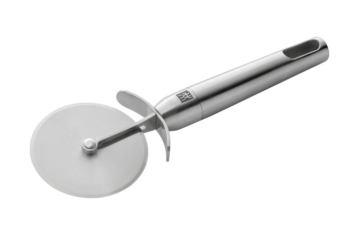 Нож для пиццы Zwilling Twin Pure 37522-00037522-000Нож для пиццы Twin Pure выполнен из нержавеющей стали. Такой нож позволит вам без особых усилий разрезать пиццу или толстое тесто и станет достойным дополнением к кухонному инвентарю. Характеристики: Материал: нержавеющая сталь. Длина ножа: 20,5 см. Диаметр режущего диска: 7 см. Производитель:Германия. Изготовитель:Китай. Артикул:37522-000.Немецкая компания Zwilling J. A. Henckels была основана в 1731 году. При производстве своей продукции компания на протяжении многих лет использует инновационные технологии. В настоящее время компания Zwilling J. A. Henckels является эталоном высокого немецкого качества, долговечности и практичности, чем заслужили признание во всем мире.