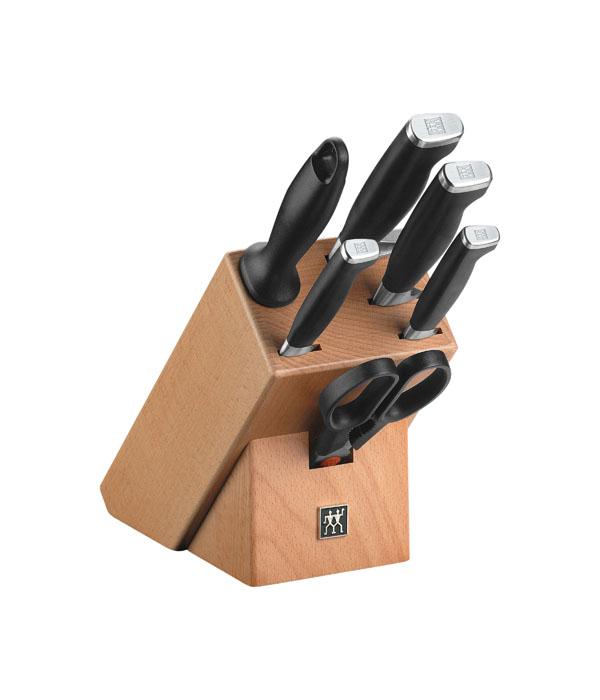 """Набор Twin """"Four Star II"""" состоит из ножа для овощей, универсального ножа, поварского ножа, ножа для хлеба , муската и ножниц. Ножи компактно хранятся в стильной подставке из бамбука.  Особенности набора ножей Twin """"Four Star II"""":   ножи изготовлены из высококачественной нержавеющей стали;  технология холодной закалки Friodur;  V-образное лезвие обеспечивает высокую режущую способность;  цельнокованый клинок позволят использовать изделия максимально долго;  эргономичная рукоятка покрыта пластиком;  рукоятка имеет наконечник из нержавеющей стали;  бамбуковая подставка оснащена пазами с множеством пластиковых разделителей, которые надежно удерживают нож. Характеристики:  Материал: нержавеющая сталь, пластик, бамбук. Общая длина ножа для овощей:  21 см. Длина лезвия ножа для овощей:  10 см. Общая длина универсального ножа:  23 см. Длина лезвия универсального ножа:  12,5 см. Общая длина поварского ножа:  32 см. Длина лезвия поварского ножа:  20 см. Общая длина ножа для хлеба:  32 см. Длина лезвия ножа для хлеба:  19 см. Общая ножниц:  20 см. Общая длина мусата:  33 см. Размер подставки:  22 см х 18 см х 11 см. Размер упаковки:  36 см х 16 см х 15 см."""