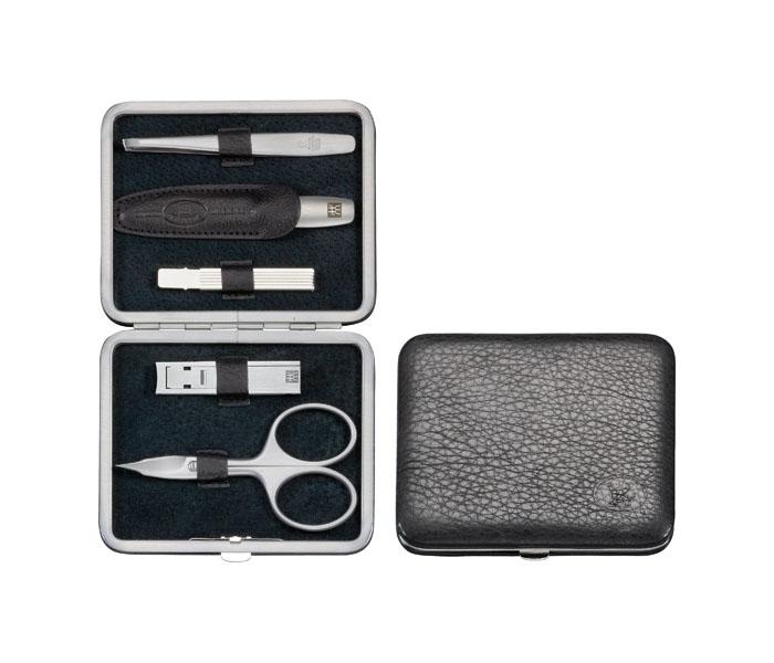 Zwilling Маникюрный набор TWINOX, цвет: черный, 5 предметов97178-004Комплектность: ножницы универсальные, пилка, пинцет, кусачки для ногтей, зубочистка. Инструменты изготовлены из высококачественной нержавеющей стали. Футляр из натуральной кожи. Инструменты предохранять от падения на пол. Время от времени смазывать чистым