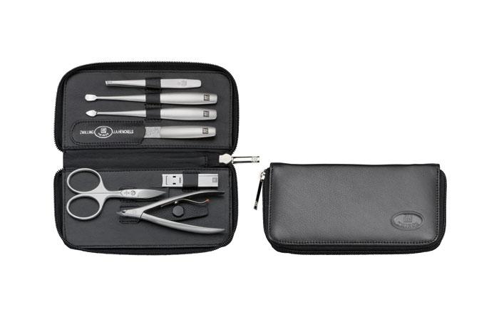 Zwilling Маникюрный набор TWINOX, цвет: черный, 7 предметов97183-034Инструменты изготовлены из высококачественной нержавеющей стали. Футляр из натуральной кожи черного цвета. Комплектность 7 предметов: ножницы для ногтей, кусачки для для кутикулы, пинцет скошенный, пилка, инструмент для чистки под ногтями, инструмент для отодвигания кутикулы, щипцы маникюрные для ногтей.Инструменты предохранять от падения на пол. Время от времени смазывать чистым маслом область соединения, винт, внутреннюю часть и режущие кромки кусачек и ножниц. Использовать только по назначению! Затачивать инструменты у специалиста. Хранить в недоступном для детей месте.Изготовитель: Цвиллинг Джей.Эй. Хенкельс АГ, Грюневальдер Штр., 14-22 Д-42657 Золинген, Германия (Zwilling J.A. Henckels AG, Grunewalder Str.14-22 D-42657 Solingen Germany)