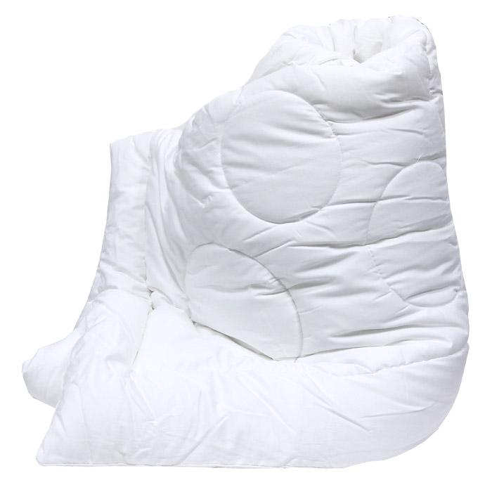 """Легкое и нежное одеяло """"Versal"""" с наполнителем экофайбер в чехле из сатина придется по душе ценителям классики и комфорта. Экофайбер - очень теплый, гипоаллергенный материал, который не впитывает пыль и запахи. Такое одеяло согревает зимой и дарит прохладный сон летом. Оригинальная стежка равномерно распределяет наполнитель в чехле. Простое в уходе, одеяло легко стирается в бытовой стиральной машине и быстро высыхает. Ваше одеяло прослужит долго, а его привлекательный внешний вид, при правильном уходе, будет годами дарить вам уют.  Характеристики: Материал верха: сатин (100% хлопок).  Материал наполнителя: экофайбер (заменитель пуха).  Размер: 172 см х 205 см.  Степень теплоты: 3.  Производитель: Россия.  Артикул: 121031101.      ТМ Primavelle - качественный домашний текстиль для дома европейского уровня, завоевавший любовь и признательность покупателей. ТМ Primavelle  рада предложить вам широкий ассортимент, в котором представлены: подушки, одеяла, пледы, полотенца, покрывала, комплекты постельного белья.    ТМ Primavelle  - искусство создавать уют. Уют для дома. Уют для души."""