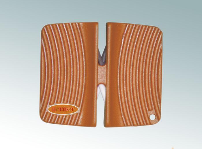 Ножеточка Borner двухсторонняя, цвет: оранжевый 33001563300156Ножеточка Borner с двумя рабочими зонами для разного качества заточки. Применяется для всех видов металлических ножей от кухонных до туристических. Угол заточки 23°. В ножеточке сделаны два отсека. Отсек с металлическими пластинами - для грубой обработки. Отсек с белыми керамическими стержнями - для тонкой доводки.Характеристики: Материал: пластик, металл, керамика. Цвет: оранжевый. Размер ножеточки: 6,5 см х 5,5 см. Производитель: Германия. Артикул: 3300156.