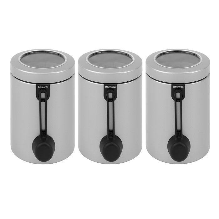 Набор контейнеров для сыпучих продуктов Brabantia, с ложкой, цвет: серый металлик, 1,4 л, 3 шт. 423703423703Хорошо видно содержимое и его объем. Удобно размещать в глубоких выдвижных ящиках кухонного стола. Удобная система маркировки для организации хранения. Многофункциональный зажим с 5 разноцветными наклейками. Под зажим можно поместить записки с указанием сроков хранения, времени приготовления и т. п. Возможность создания своей собственной системы маркировки -в комплект входят наклейки с названиями продуктов и пустые наклейки. Специальная защелкивающаяся крышка не пропускает запахи и позволяет дольше сохранять аромат и свежесть продуктов. Контейнер удобен в использовании. В комплект входит мерная ложка на магните или ложка для спагетти. 10-летняя гарантия Brabantia.