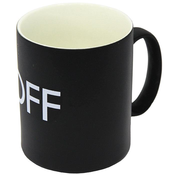 """Керамическая кружка """"On/Off"""" станет отличным подарком для человека, ценящего забавные и практичные подарки. Кружка оформлена надписью """"Off"""" на черном фоне. При наливании в кружку горячих напитков, цвет кружки меняется на белый, а надпись на """"On"""".  Такой подарок станет не только приятным, но и практичным сувениром: кружка станет незаменимым атрибутом чаепития, а оригинальный дизайн вызовет улыбку.   Высота кружки: 9 см. Диаметр по верхнему краю: 7,5 см."""