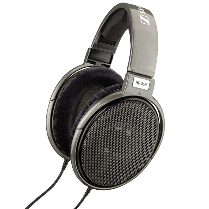 Sennheiser HD 650472654Наушники Sennheiser HD 650 способны восхитить всех ценителей высококачественной звуковой техники. По звуковым характеристикам HD 650 приближаются к легендарным электростатическим Orpheus: каждый нюанс исполнения внезапно становится кристально ясным, звук - живым, а ваша гостиная превращается в персональный концертный зал. HD 650 - это наушники с душой, отличающиеся роскошными басами и приятной, естественно звучащей серединой.В них применяется сложная система демпфирования, уменьшающая резонансы и влияние стоячих волн внутри диафрагмы, что обеспечивает еще более точное воспроизведение звуковых образов, достоверность вокала и речи, а также сбалансированные, четкие и глубокие басы.HD 650 собираются вручную, при этом используются специально подобранные пары динамиков с минимальным разбросом параметров (+/1 дБ).Специально для HD 650 была разработана новая высокоэффективная система магнитов, выполненных из железистого неодима (Neodymium ferrous) отличающаяся минимальным коэффициентом гармонических и интермодуляционных искажений. Звуковая катушка из алюминиевой проволоки очень малого веса гарантирует точное и быстрое воспроизведение фронтов сигнала.Подушки амбушюров обтянуты шелком с определенными акустическими характеристиками, обеспечивающими равномерное демпфирование во всем диапазоне частот, а также способствующими уменьшению интермодуляционных и гармонических искажений до невероятного значения - 0,05 %!Заднюю поверхность чашек закрывают высококачественные металические сетки; этот метод обеспечивает открытое, прозрачное (некомпрессированное) звучание. Для подключения используется универсальный коммутационный разъем (джек 6,3 мм с переходником 3,5 мм) с позолоченными контактами, а также кабель из бескислородной меди, упакованный в усиленную кевларом изоляцию.Разработчики проявили внимание и к внешнему виду - элегантная отделка корпуса и оголовья HD 650выполнена в модных серебристых тонах.
