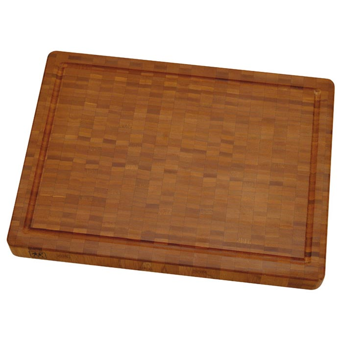 Доска разделочная Zwilling Twin из бамбука, 42 х 31 см 30772-40030772-400Разделочная доска Twin, выполненная из бамбука, займет достойное место среди аксессуаров на вашей кухне. Она может использоваться с обеих сторон для нарезки любых продуктов, а также для сервировки таких блюд как суши. Доска имеет углубление для стока жидкости вдоль края.Бамбук - инновационный материал, идеально подходящий для разделочных досок благодаря своим антибактериальным свойствам. Характеристики: Материал:бамбук. Размер доски:42 см х 31 см х 4 см. Производитель:Германия. Изготовитель:Китай. Артикул:30772-400. Немецкая компания Zwilling J. A. Henckels была основана в 1731 году. При производстве своей продукции компания на протяжении многих лет использует инновационные технологии. В настоящее время компания Zwilling J. A. Henckels является эталоном высокого немецкого качества, долговечности и практичности, чем заслужили признание во всем мире.