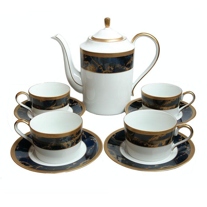 """Чайный сервиз """"Лазурный павильон"""" на 4 персоны. Фарфор, роспись, позолота. Япония, Фаберже, 1990-е гг. Сервиз составили 9 предметов: чайник, 4 чашки, 4 блюдца.  Размеры:  Чашка: высота 6 см, диаметр 8,5 см.    Блюдце: диаметр 15 см. Чайник: высота 20,5 см, диаметр 12 см. На донцах предметов золотые клейма в виде герба Российской Империи, ниже """"Faberge. Fina China"""", черное клеймо """"Pavilion Lapis Lazuri"""". Этикетка """"Made in Japan"""".  Предметы сервиза, выполненные из белого фарфора, декорированы широким ободком - на сине-черном фоне золотые прожилки """"под мрамор"""".  Золото в сочетании с глубоким синим цветом ляпис-лазури подчеркивает роскошь и благородный стиль предметов.  Сервиз """"Лазурный павильон"""" - это превосходный подарок премиум-класса и неповторимое украшение Вашей коллекции """"Фаберже""""!"""
