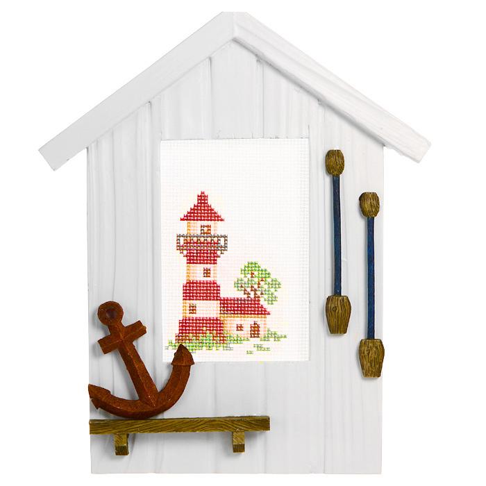 Декоративное украшение Якорь, с набором для вышивания крестом. 450/9450/9Декоративное украшение Якорь состоит из деревянной рамки в виде домика, украшенного объемным якорем и веслами, канвы с нанесенным рисунком в виде маяка, ниток мулине и иглы. После того, как рисунок вышит, можно его вставить в рамку и вы получите оригинальное интерьерное украшение, которое можно поставить в любом месте, где оно будет удачно смотреться и радовать глаз. Кроме того это отличный подарок для друзей и близких, выполненный своими руками. Желаем вам приятного творчества! Характеристики:Материал: дерево, текстиль, металл. Общий размер рамки: 25 см х 20 см х 1,5 см. Общий размер канвы: 17 см х 13 см. Размер упаковки: 26 см х 22 см х 3,5 см. Производитель: Германия. Артикул: 450/9.Состав набора: канва; нитки мулине; рамка; игла.