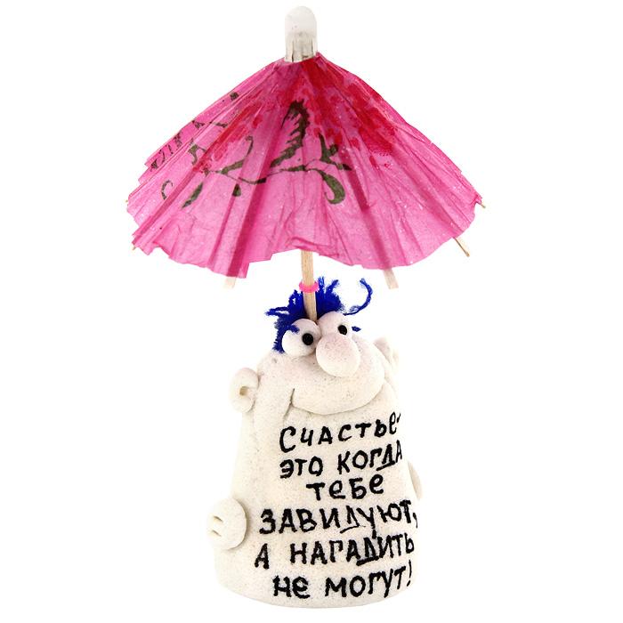 """Декоративная фигурка ручной работы выполнена из материала мукосоль - соленого теста. Фигурка в виде забавного человечка украшена бумажным зонтиком и надписью: """"Счастье - это когда тебе завидуют, а нагадить не могут!"""" Такая фигурка будет радовать глаз и послужит отличным подарком для каждого.   Характеристики: Материал: мукосоль, дерево, бумага. Высота фигурки (с зонтиком): 11 см. Размер упаковки:  5 см х 12,5 см х 4 см. Артикул: 93129."""