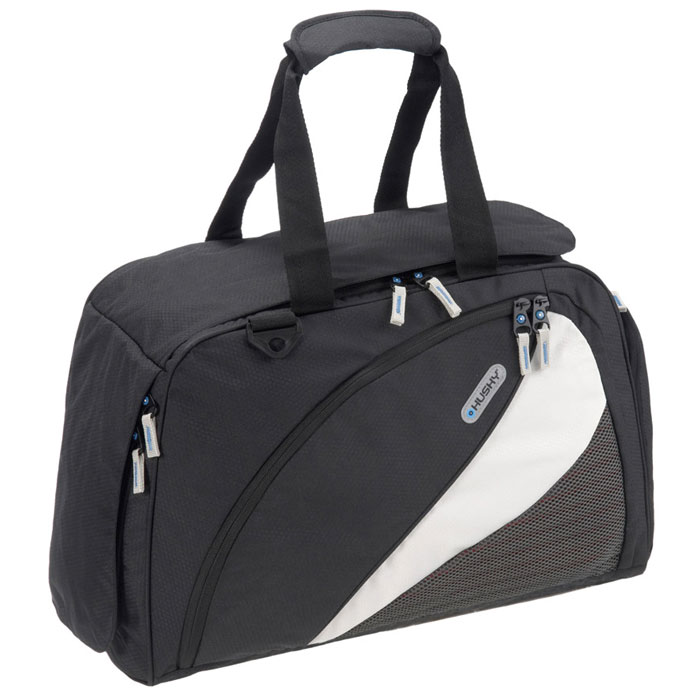Сумка спортивная Husky Gillet 43L, цвет: черныйУТ-000048641Спортивная сумка Husky Gillet 43L очень практичная и удобная. Выполнена из водонепроницаемого материала. Внутри сумка состоит из одного большого отделения, небольшого накладного кармана на застежке-молнии и трех небольших карманов из сетчатого материала. Сумка застегивается на застежку-молнию. Внешняя сторона оснащена большим карманом для сменной обуви, карманом внутри которого небольшое отделение на застежке-молнии и отделение для бутылки с эластичными резинками, а также большим карманом. Все карманы застегиваются на застежки-молнии. Сумка дополнена двумя ручками для удобной переноски и съемным плечевым ремнем. Характеристики:Объем:43 л. Размер: 55 см х 34 см х 23 см. Материал: полиэстер Diamond RipStop 420D с водоотталкивающей пропиткой. Вес: 800 г. Производитель: Чехия.